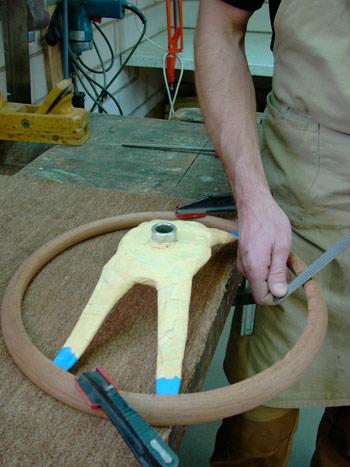 Rillen werden von Hand eingearbeitet